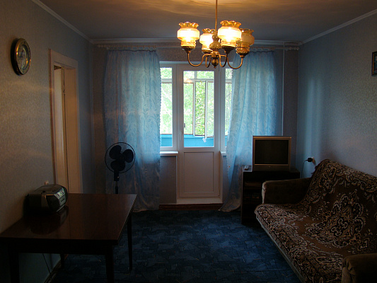 Трехкомнатная квартирапосуточно в Кривом Роге. Саксаганский район, ул. Отто Брозовского. Фото 1