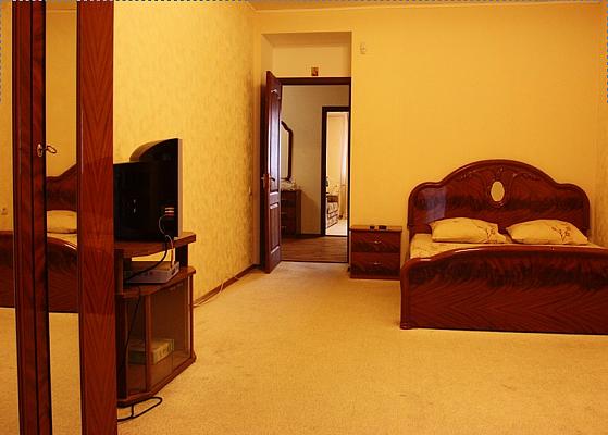 Двухкомнатная квартирапосуточно в Полтаве, Октябрьский район, ул. Ляхова, 12а. Фото 1