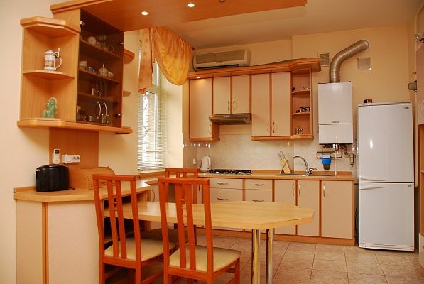 2-комнатная квартира посуточно в Киеве. Печерский район, Улица Щорса, 21. Фото 1
