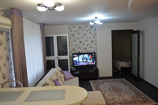 Двухкомнатная квартирапосуточно в Донецке. Ворошиловский район, пр-т Комсомолский, 33. Фото 1