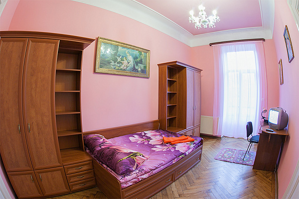 Трехкомнатная квартирапосуточно в Львове, Лычаковский район, ул. Личаковская, 50. Фото 1