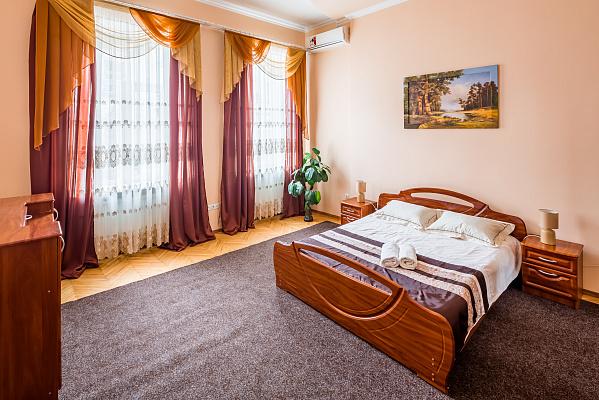 Трехкомнатная квартирапосуточно в Львове. Галицкий район, ул. Пантелеймона Кулиша, 25. Фото 1
